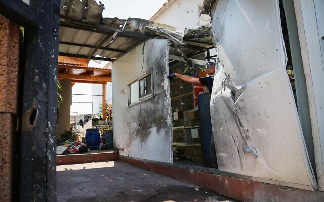 Les dégâts commis dans une habitation de la ville de Sdérot, dans le sud d'Israël, commis par les fragments d'un missile intercepteur du Dôme de fer, envoyé pour abattre une roquette lancée depuis la bande de Gaza, le 16 août 2020 (Crédit : Flash90)