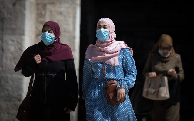 Des femmes avec des masques à la porte de Damas, dans la vieille ville de Jérusalem, le 17 août 2020. (Crédit : Yonatan Sindel / Flash90)