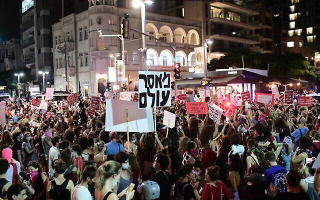 Des Israéliens participent à une manifestation de soutien à la victime présumée de 16 ans d'un viol collectif à Eilat, à Tel Aviv le 20 août 2020. (Tomer Neuberg / Flash90)