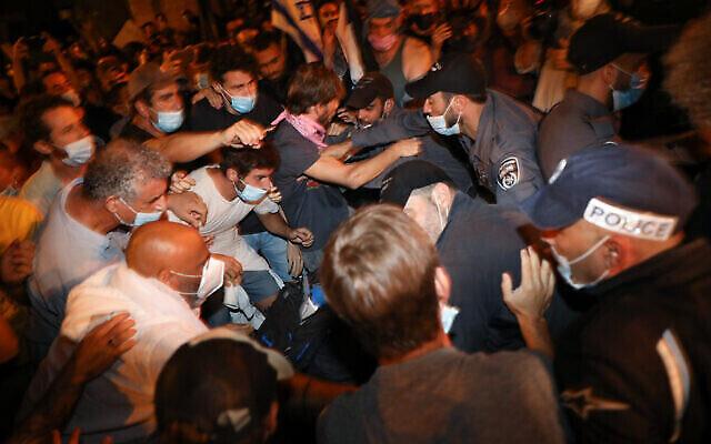La police arrête des manifestants lors d'une manifestation contre le Premier ministre Benjamin Netanyahu devant sa résidence à Jérusalem le 22 août 2020. (Olivier Fitoussi / Flash90)