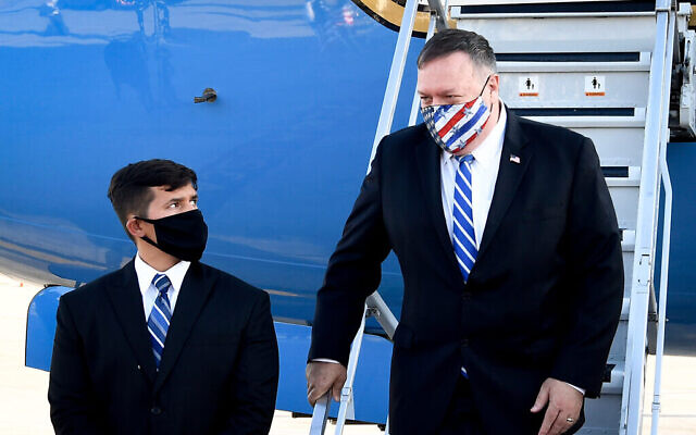 Le secrétaire d'État américain Mike Pompeo arrive à l'aéroport Ben Gurion Airport le 24 août 2020. (Crédit : Matty Stern/US Embassy Jerusalem)