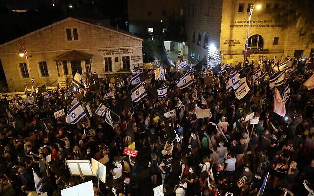 Des Israéliens manifestent contre le Premier ministre Benjamin Netanyahu à Jérusalem, le 29 août 2020. (Crédit : Olivier Fitoussi/Flash90)