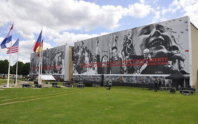 La façade du mémorial de Caen, le 5 juin 2014 avec la fresque de Jeff Aéro. (Crédit : Benoit-caen/ CC BY-SA 3.0)