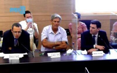 Le député de Derech Eretz Zvi Hauser,  à gauche, pendant une réunion de la commission des Finances de la Knesset, le 17 août 2020 (Capture d'écran : Chaîne de la Knesset)