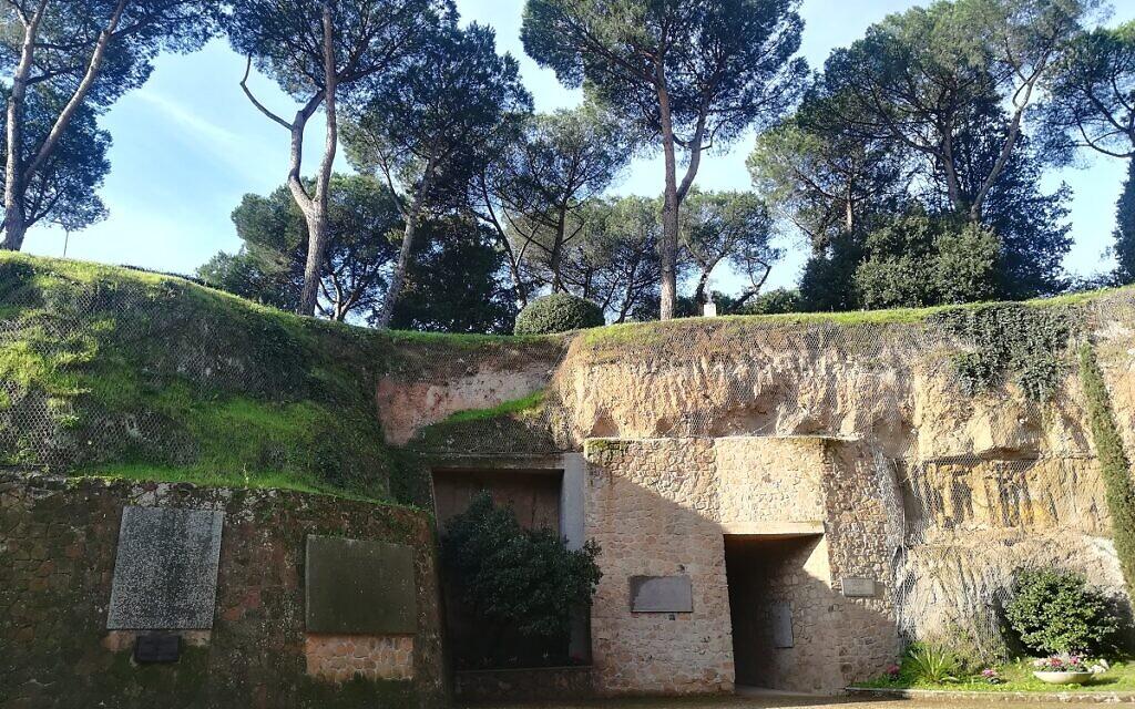 335 personnes avaient été assassinés par les nazis dans la carrière abandonnée des  Fosses Ardeatines, dans un massacre commis en 1944 (Crédit : Ministère de la Défense italien)