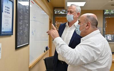 Le ministre de la Défense Benny Gantz, (à gauche), s'entretient avec le directeur de l'Institut de recherche biologique, le professeur Shmuel Shapira, au laboratoire de Ness Ziona, le 6 août 2020. (Ariel Hermoni/Ministère de la Défense)