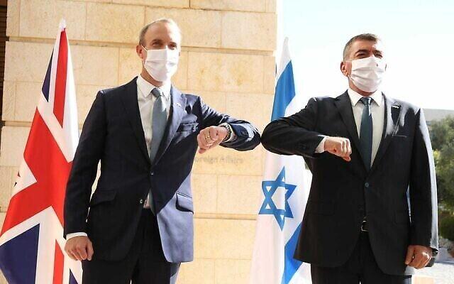 Le chef de la diplomatie britannique Dominic Raab rencontre son homologue israélien Gabi Ashkenazi à Jérusalem, le 25 août 2020. (Autorisation : Miri Shimonovich)