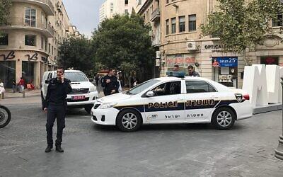 Photo illustrative : Voitures de police sur la place Sion, au centre de Jérusalem, le 20 septembre 2017. (Stuart Winer/ Times of Israel)
