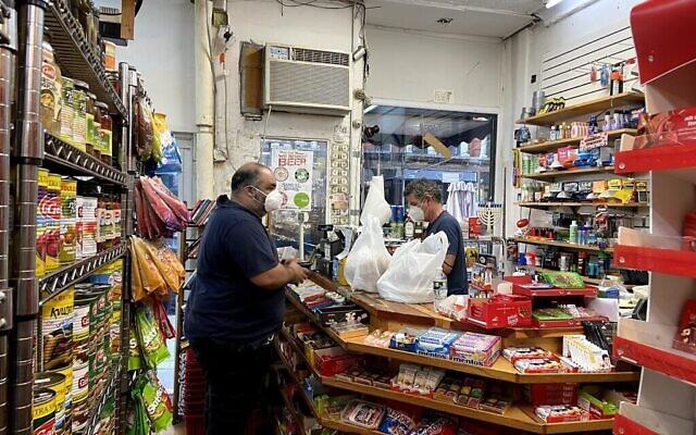 Un client se rend au Holyland Market dans le quartier East Village de Manhattan le 11 août 2020. (Crédit : Jacob Magid / Times of Israel)
