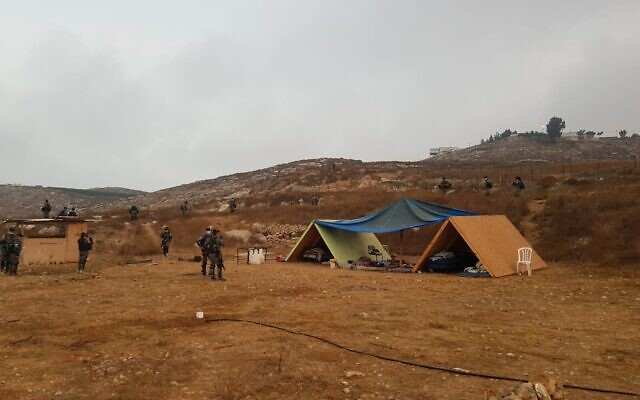 Des agents de la police des frontières pendant les opérations de démolition de structures illégales dans l'avant-poste de  Shevach Haaretz en Cisjordanie, le 12 août 2020 (Crédit : Police israélienne)