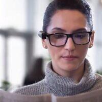 Les appareils OrCam Technologies aident les aveugles et les malvoyants à lire des textes grâce à un retour audio. (Capture d'écran YouTube)