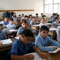 Des enfants palestiniens étudient dans une école de l'UNRWA à Gaza City. (Crédit : IRIN/Creative Commons via JTA)