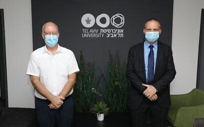 Le professeur Ariel Porat, président de l'université de Tel Aviv, et le ministre des Sciences et de la Technologie, Yizhar Shai. (Crédit: Chen Galili)