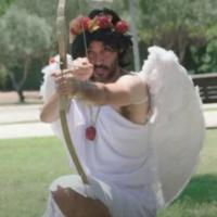 Extrait de la publicité du ministère israélien de la Santé contre le Coronavirus, mettant en scène «L'ange Covid, le demi-frère de Cupidon», à l'occasion de Tou BeAv, l'équivalent de la Saint-Valentin en Israël. (Capture d'écran YouTube)