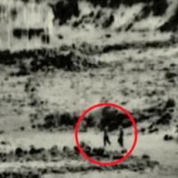 Une image de Tsahal montrant un groupe de quatre personnes qui, selon l'armée, sont entrées sur le territoire israélien et ont tenté de poser une bombe dans un poste militaire abandonné, le 2 août 2020 (Capture d'écran : Armée israélienne)