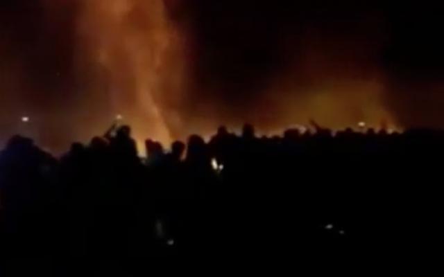 Les Gazaouis manifestent le long de la frontière avec Israël, le 15 août 2020 (Capture d'écran : Douzième chaîne)