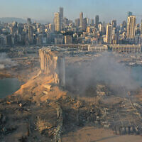 Une photo de drone montre la scène d'une explosion dans le port maritime de Beyrouth, au Liban, le 5 août 2020. (AP Photo/Hussein Malla)