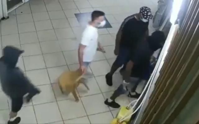 Certains des suspects d'un vol à main armée à Rehovot filmé par des caméras de vidéosurveillance dont la police a publié des images, juillet 2020. (Capture écran/Twitter)