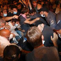 Des policiers se heurtent à des manifestants lors d'une manifestation contre le Premier ministre Benjamin Netanyahu à Jérusalem, le 22 août 2020. (Olivier Fitoussi/Flash90)