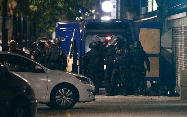 Des membres de l'unité d'élite du RAID se rassemblent devant une banque lors d'une prise d'otages dans la ville portuaire du Havre, dans le nord-ouest de la France, le 6 août 2020. (Sameer Al-Doumy / AFP)