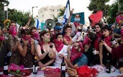La Cène, spectacle joué pendant une manifestation sur la rue Balfour à Jérusalem, le 14 juillet 2020 (Autorisation : Avishag Gaya)