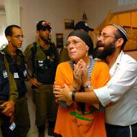Des soldats attendent de pouvoir escorter les habitants de l'implantation juive de Neve Dekalim hors de leurs maisons pendant le désengagement de la bande de Gaza, le 18 août 2005 (Crédit :  Nati Shohat/Flash90)