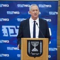 Le chef du parti Kakhol Lavan et ministre de la Défense Benny Gantz, prend la parole lors d'une réunion des factions du parti à la Knesset, le 29 juin 2020 (Autorisation : Noam Moshkovitz / Kakhol lavan)