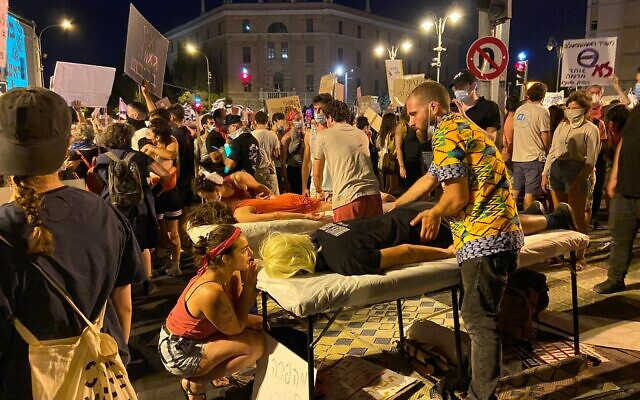 Des tables de massages dressées par les activistes lors d'une manifestation aux abords de la résidence du Premier ministre Benjamin Netanyahu à Jérusalem, le 1er août 2020. (Crédit : Anat Peled/Times of Israel)