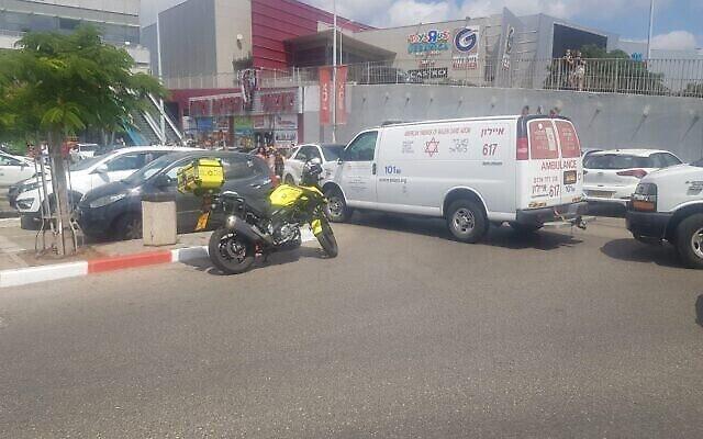 Scène d'un accident mortel de la circulation à Rishon Lezion le 21 août 2020. (Crédit : Magen David Adom)