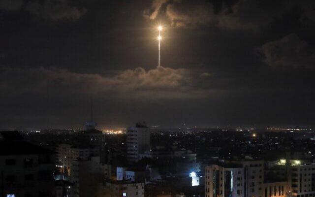 Le système anti-missile du Dôme de Fer tire des missiles d'inception vus dans le ciel tôt le matin du 21 août 2020 alors que des roquettes ont été lancées depuis Gaza. (Photo par MAHMUD HAMS / AFP)
