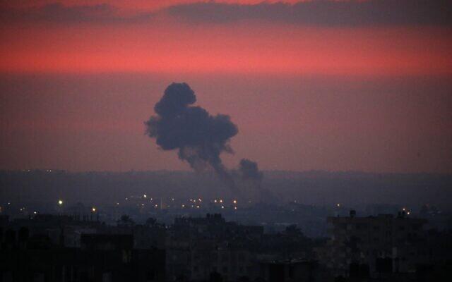 De la fumée monte au loin dans le ciel après que des avions de combat israéliens ont mené des frappes aériennes sur Khan Younis dans le sud de la bande de Gaza tôt le matin du 21 août 2020. (Photo par SAID KHATIB / AFP)