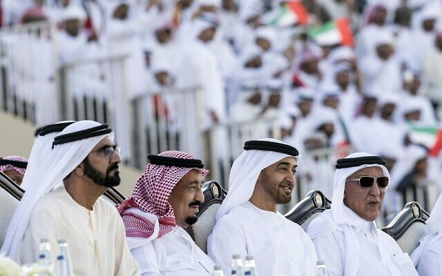 Sur cette photo de 4 décembre 2016, publiée par l'agence de presse emirati, WAM, le roi saoudien Salman, deuxième à gauche, participe au Festival Héritage  Cheikh Zayed alors qu'il est assis à côté du Cheikh Mohammed ben Rachid Al Maktoum, le Premier ministre et dirigeant des Emirats arabes unis, gauche, et le Cheikh Mohammed ben Zayed Al Nahyan, le prince couronné d'Abou Dhabi, deuxième à droite, à Abou Dhabi, Emirats arabes unis. (Agence de presse émirati via AP)