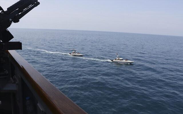 Des vedettes du corps de Gardiens de la Révolution naviguent à proximité d'un navire militaire américain dans le Golfe Persique à proximité du Koweït, le 15 août 2020. (Marine américaine via AP)