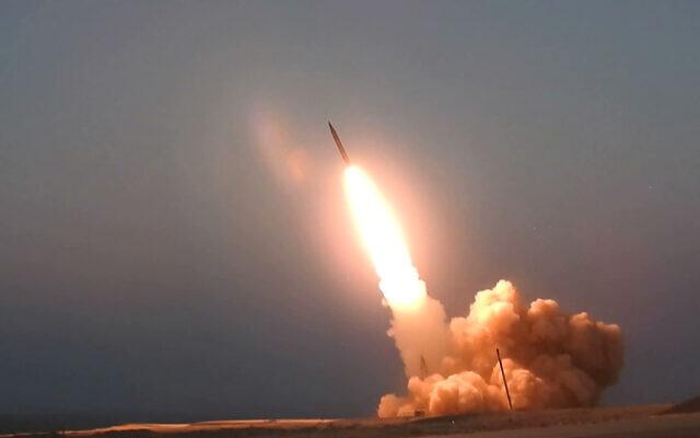 """Cette photo publiée par le site internet officiel du ministère iranien de la Défense jeudi 20 août 2020 montrerait le lancement du missile du """"Martyr Hajj Qassem"""" dans un endroit non précisé en Iran. (Ministère iranien de la Défense via AP)"""