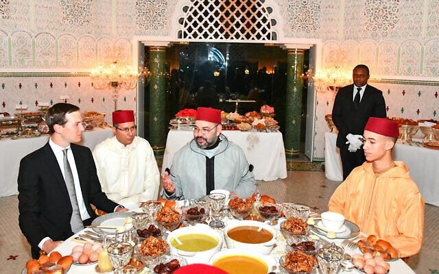 Le roi du Maroc Mohammed VI (au centre) s'entretient avec Jared Kushner, conseiller principal du président américain Donald Trump (à gauche) sous le regard du prince héritier Moulay Hassan (à droite) avant un repas de l'Iftar, le repas du soir où les musulmans mettent fin à leur jeûne quotidien du Ramadan au coucher du soleil, à la résidence royale du roi à Sale, au Maroc, le 28 mai 2019. (Palais royal marocain, via AP)