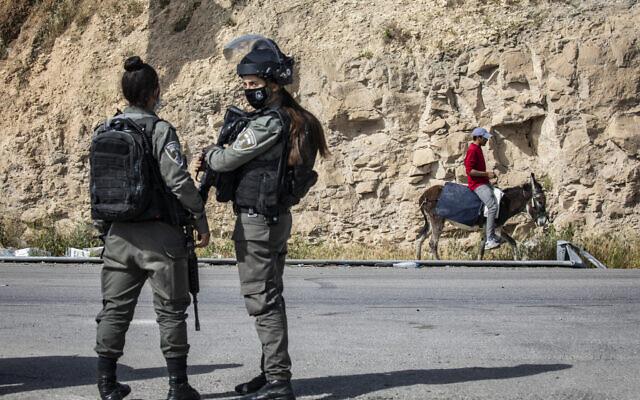 Des officiers de la police de Frontières montent la garde à un barrage en Cisjordanie, le 22 avril 2020. (Olivier Fitoussi/FLASH90)