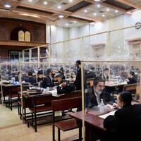 Des hommes juifs ultra-orthodoxes étudiant par petits groupes à la yeshiva Imrei Emes de la dynastie Sur dans la ville de bleu Brak, le 16 juin 2020. (Yossi Zeliger/Flash90)