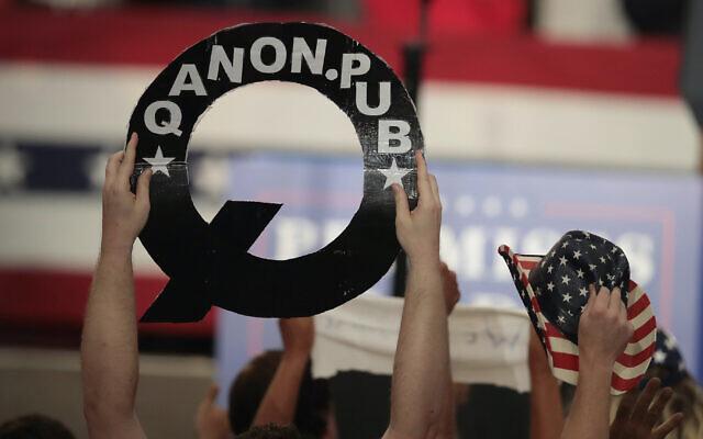 Un participant à un meeting pour un candidat au Congrès dans l'Ohio tient une pancarte QAnon alors que le président Donald Trump s'exprime, le 4 août 2018. (Scott Olson/Getty Images via JTA)