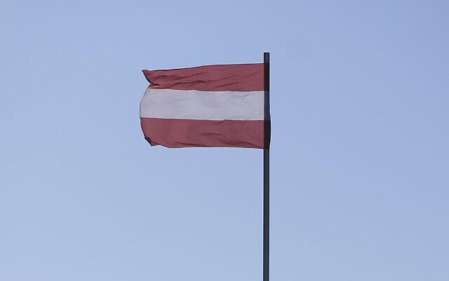 Un drapeau autrichien flotte sur la place Hofburg à Vienne. (Photo par Omar Marques / SOPA Images/SOPA Images/LightRocket via Getty Images)