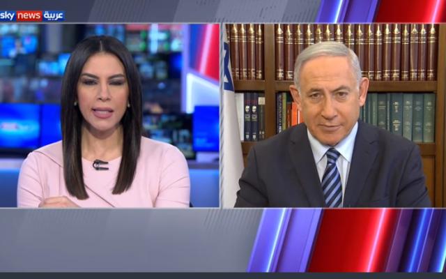 Le Premier ministre Benjamin Netanyahu donnant un entretien à la chaîne Sky News Arabia basée à Abou Dhabi, le 17 août 2020. (Capture d'écran: Sky News Arabia)