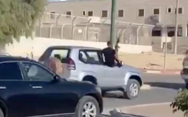 Un convoi roule à travers la ville du sud de Segev Shalom alors que ses passagers tirent en l'air au fusil automatique, dans des images diffusées par la Treizième chaîne, le 1 août 2020.   (Capture d'écran/Twitter)