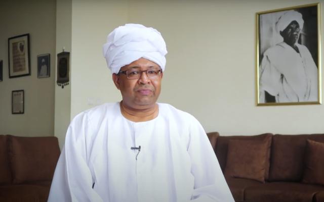 Le porte-parole du ministère soudanais des Affaires étrangères Haidar Badawi Sadiq a été licencié le 19 août 2020, un jour après avoir exprimé son soutien à la paix avec Israël. (Capture d'écran : YouTube)