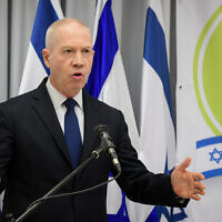 Le ministre de l'Education Yoav Gallant tient une conférence de presse à Tel Aviv, le 6 août 2020. (Avshalom Sassoni/Flash90)