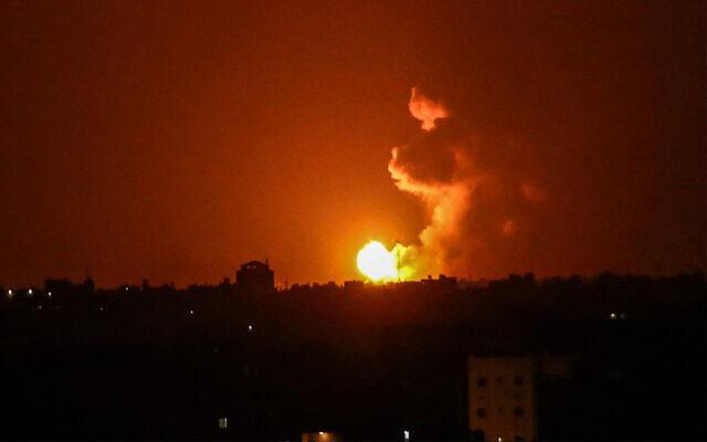 Une boule de feu est observée après une frappe aérienne israélienne à Khan Younis dans le sud de la bande de Gaza, après que des terroristes palestiniens ont tiré deux roquettes vers Israël, le 27 juin 2020. (Said Khatib/AFP)