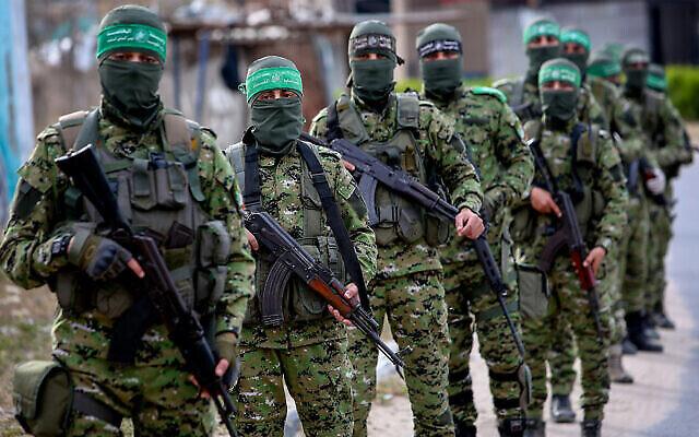 Des membres palestiniens des Brigades Ezzedine al-Qassam, la branche armée du mouvement terroriste Hamas, lors d'une patrouille à Rafah, dans la bande de Gaza, le 27 avril 2020. (Abed Rahim Khatib/Flash90)