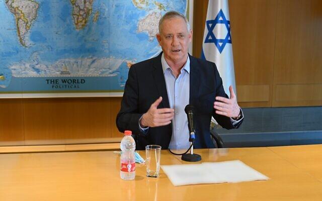 Le ministre de la Défense Benny Gantz s'exprime lors d'une conférence de presse au quartier général du ministère de la Défense à Tel Aviv, le 18 août 2020. (Ariel Hermoni/Ministère de la Défense)