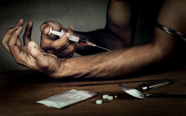 Un homme avec une seringue pour s'injecter de l'héroïne. (iStock)