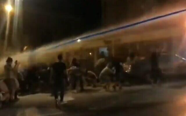 Un manifestant anti-Netanyahu est directement frappé à la tête pendant un rassemblement à Jérusalem, le 23 juillet 2020 (Capture d'écran : Vidéo)