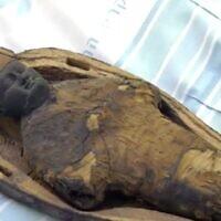 """La """"momie maïs"""" au visage de bébé ne contient aucun reste humain ou animal, mais plutôt du maïs et de la boue. (Capture d'écran)"""