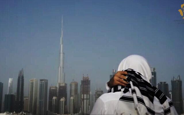 Un homme arborant un talit juif regarde la ligne d'horizon de Dubaï aux Émirats arabes unis. (Capture d'écran vidéo)
